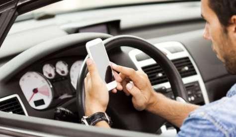 In arrivo l'addio alla patente per chi è beccato col cellulare alla guida